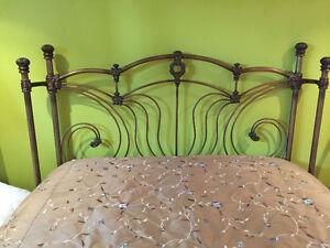 Magnifique lit en acier de haute qualité