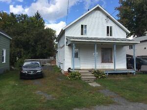 3 BED HOUSE ON LARGE LOT AVAIL NOV 1ST 950.00 +