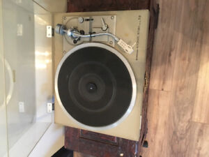 Vintage s-arm record player