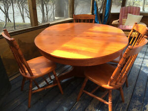Gorgeous maple round/oval dining table with leaf and four chairs