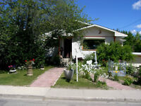 Beautiful 3-Bedroom House on the Bow River, Bowness Park