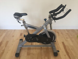 SPIN BIKE VÉLO SPINNING VISION FITNESS ES700 350$