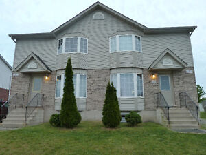 Walking distance to Fanshawe college 5 bdrm house -All inclusive
