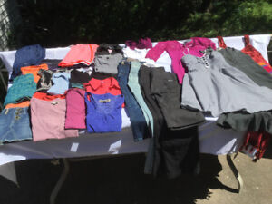 Lot #1  Vêtements femme grandeur SMALL.  Volcom, Roxy, Billabong