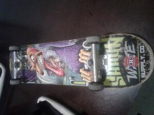 Skateboard à vendre 100$ (valeur 275$)