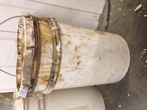 Plusieurs pots - chaudières d'huile de lin pour toiture à donner