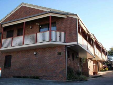 Cheap private room in quiet Nundah townhouse for short term rent.