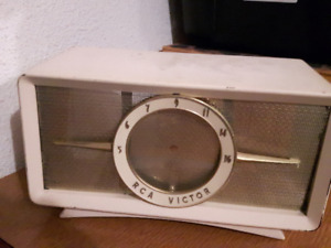 Old Vintage RCA VICTOR RADIO X520 (metal body and front logo)