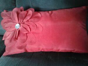 coussin rouge avec fleur décorative