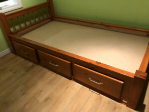 Lit simple en bois de pin avec 3 tiroirs