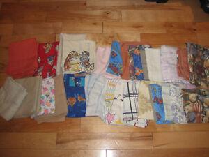 Literie, couverture, nappes, etc. Plus de 50 morceaux pour 20$