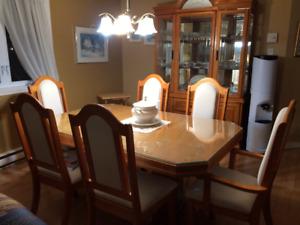 Ensemble de salle à manger, en bois massif, 850$ NÉGOCIABLE...