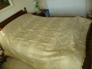 King/Queen Bedspread & 2 Matching Pillow Covers
