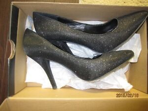 Le Chateau high heels Shoes - Black-size 8M - Still in Box