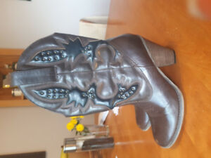 Womens leather cowboy boot.