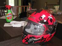 casque de moto, rouge et noir et gris