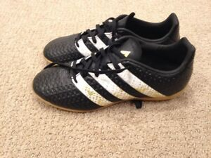 Boys indoor soccer shoes size 5 adidas