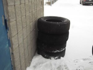 4 PNEUS HIVERS P-265-70-R-16 MICHELIN X-ICE .$80.00.