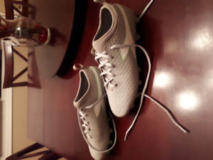 Womens/Girls Size 7.5 Soccer Cleats Diadora
