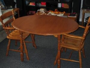 solid wood table and chairs Belleville Belleville Area image 2