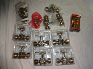 LOT OF MISCELLANEOUS DOOR KNOB SETS & DOOR LATCH