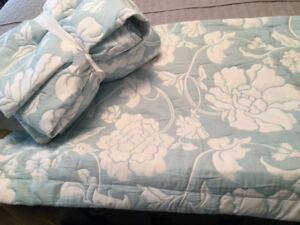Full/Queen Coverlet with 2 shams