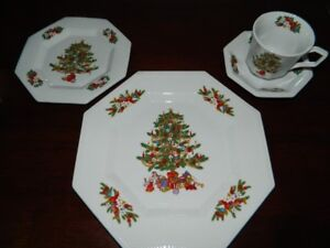 A PLACE SETTING  OF 4 CHRISTMAS DISHES