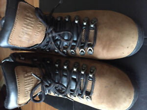 Ladies Size 10     Hiking Boots