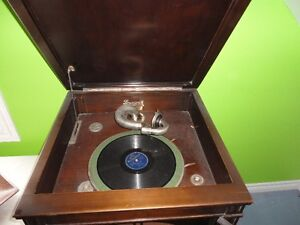 1930s  PHONOGRAPH RECORD PLAYER