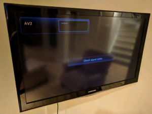 "Samsung 40"" LCD TV with Swivel Mount"