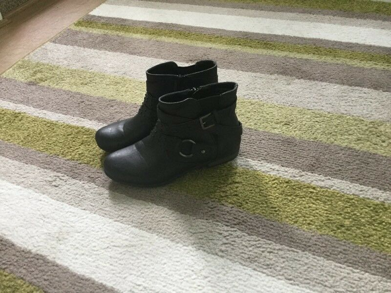 ****GIRLS BLACK BUCKLE BOOTS****