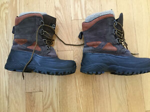 A PAIR OF WATERPROOF WINTER MENS BOOTS SIZE 12