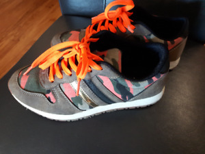 WALKING CASUAL SHOES, SIZE 7, BOUGHT USA $25.
