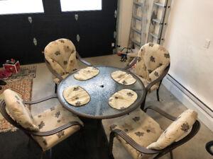 Table, chaises et parasol