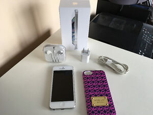 IPhone 5, Silver w/ Brand New Ear Buds & Cord, Michael Kors Case