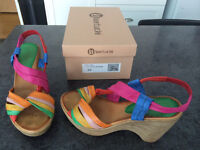 nu pieds quasi neuf 8.5 multicolores
