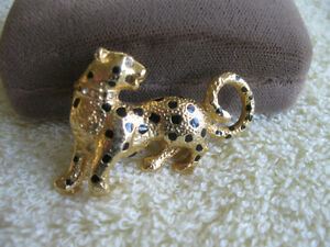 ELEGANT OLD VINTAGE LEOPARD BROOCH.with a SPARKLE in his EYE!