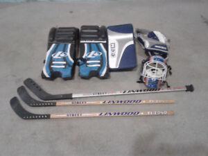 article de hockey -jambiere et gant de gardien de but et hockey