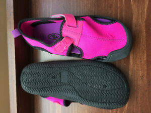 girl size 11/12 water shoes - nwt