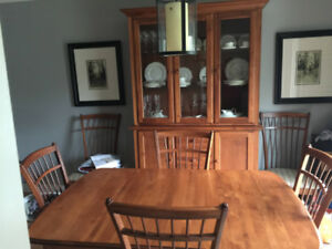 DINING ROOM SET - SOLID WOOD! EXCELLENT CONDITION