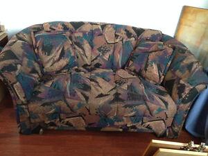 Divan coloré en tissu 2 places / Causeuse / Sofa / 2 coussins