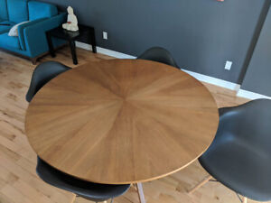 Modern Round Wooden dining room table with chairs