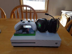 Selling rarely used Xbox 1 S with 2 games and wireless headset!