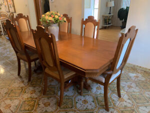 Elegant Dining room table and 6 chairs
