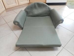 green fold out couch/bed Windsor Region Ontario image 2