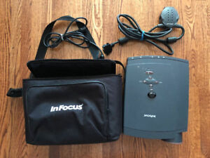 GREAT WORKING PORTABLE INFOCUS LP425Z PROJECTOR / PROJECTEUR