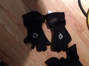 Akona 5mm size small dive gloves