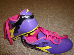 GIRLS  SOCCER SHOES SIZE 12