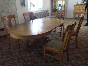 Table de salle à dîner antique