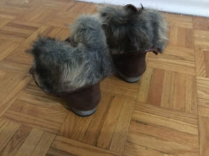 Warm boots with fur flap